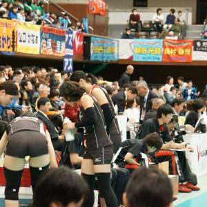 ≪女子バレー≫NEC対岡山 3(ベンチの選手も働いている)